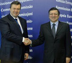 Виктор Янукович и Жозе Мануель Баррозу перед началом встречи в Брюсселе