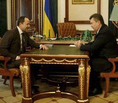 Сергей Тигипко и Виктор Янукович общаются во время встречи в Киеве. 9 марта