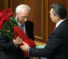 Виктор Янукович поздравляет Николая Азарова с назначением на должность премьер-министра Украины