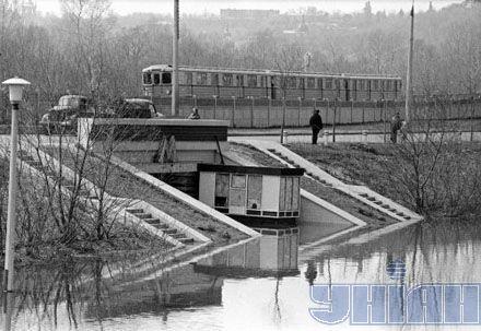 """Подтопленный подземный переход под станцией метро """"Гидропарк"""". Киев, наводнение в апреле 1970 года"""