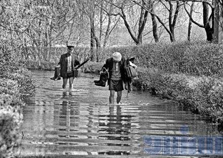 Затопленная дорога в парке Примакова. Киев, наводнение 1970 года
