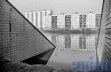 Подземный переход на Березняках на время наводнения 1970-го перегородили мешками с песком