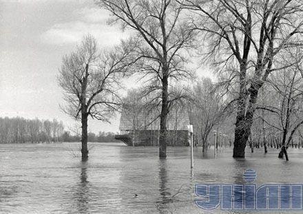 """Наводнение 1970 года. Затопленное здание ресторана """"Млин"""".  Киев, Гидропарк"""