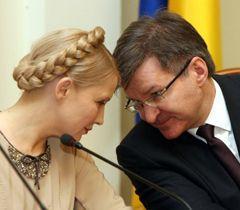 Юлія Тимошенко і Григорій Немиря перед початком засідання опозиційного уряду. Київ, 31 березня