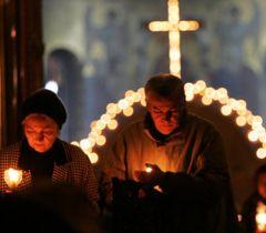 Віруючі несуть свічки після закінчення служби в одній з церков у Києві у Чистий четвер. 1 квітня