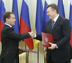 Дмитрий Медведев и Виктор Янукович обмениваются  соглашением по вопросам пребывания ЧФ РФ на территории Украины