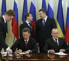 Медведев, Янукович, Миллер и Бакулин во время подписания дополнений к газовым контрактам