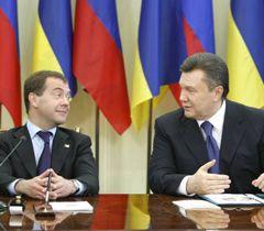 Медведєв і Янукович під час підписання Угоди між Україною і Росією з питань перебування ЧФ РФ на території України