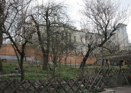 Общий вид дворца из соседнего двора