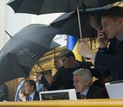 Охрана Литвина закрывает его зонтиками от куриных яиц, которые бросают депутаты оппозиционных партий