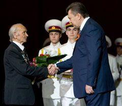 Віктор Янукович вручає нагороду ветерану  Великої Вітчизняної війни. Київ, 7 травня