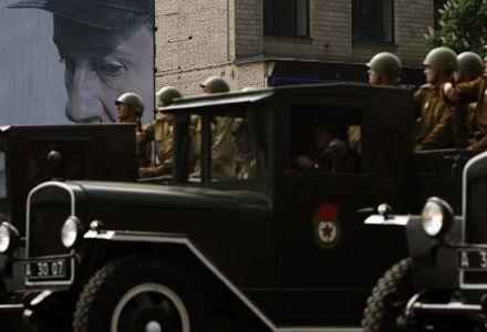 Військовослужбовці у формі солдатів часів Великої Вітчизняної війни  проїжджають на вантажних автомобілях ЗІС під час параду військ з нагоди  65-ї річниці Перемоги у Великій Вітчизняній війні