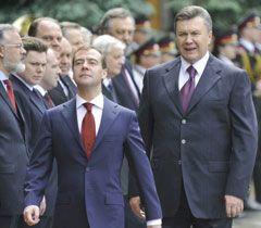 Янукович і Медведєв під час церемонії офіційної зустрічі біля АП. Київ, 17 травня