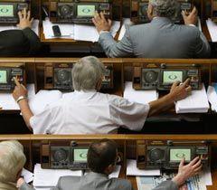 Народные депутаты голосуют за своих однопартийцев во время заседания ВР. Киев, 7 июля