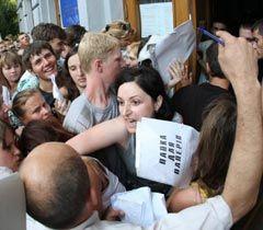 Абитуриенты пытаются пройти к приемной комиссии Национального университета пищевых технологий. Киев, 21 июля