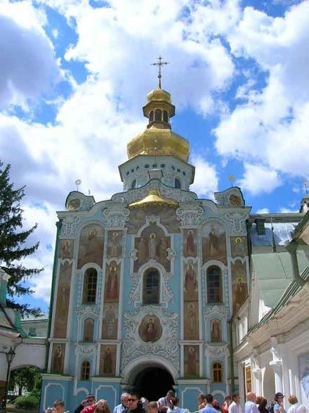 А) Троїцька надбрамна церква(1106-1108; перебудови XVII-XX ст.)відновлена коштом І.Мазепи