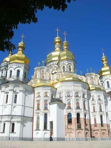 Б) Успенський собор(1073-1089; перебудова XVII-XVIII  ст.)відновлений коштом І.Мазепи (1690) + подарунки