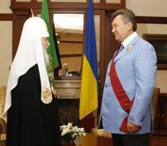Патриарх Кирилл вручает Виктору Януковичу орден  Святого равноапостольного Князя Владимира I степени