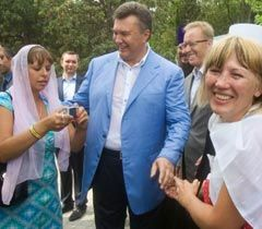 Віктор Янукович фотографується після богослужіння на честь святкування річниці хрещення Київської Русі