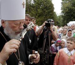 Митрополит Владимир целует крест в поселке Чечельник (Винницкая область). 9 августа