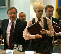 ЦИК объявил о начале избирательной кампании с 11.09. На фото - глава ЦИК Шаповал и его заместитель Усенко-Чорна