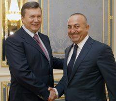 Виктор Янукович и председатель ПАСЕ Мевлют Чавушоглу во время встречи в Киев