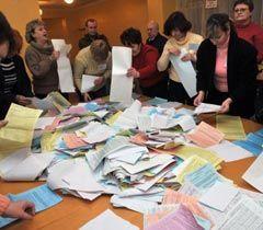 Члены избирательной комиссии складывают бюллетени для голосования на одном из избирательных участков в Донецке