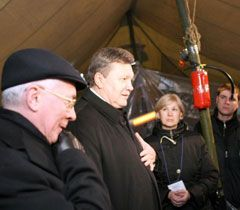 Виктор Янукович и Николай Азаров во время встречи с участниками акции протеста на Майдане