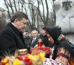 Віктор Янукович під час церемонії вшанування пам'яті жертв голодоморів