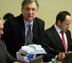 Министр финансов Федор Ярошенко и вице-премьер-министр Сергей Тигипко во время заседания Кабмина