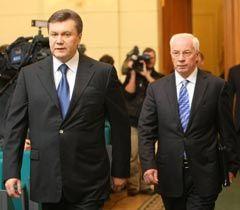 Виктор Янукович и Николай Азаров перед началом заседания Комитета по экономическим реформам