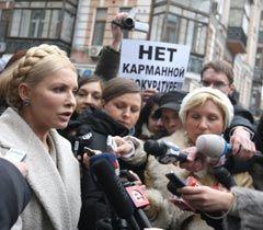 Юлія Тимошенко відповідає на запитання журналістів перед початком допиту у Генпрокуратурі