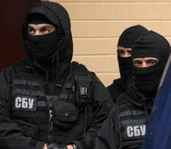 Співробітники СБУ біля Печерського районного суду після засідання суду у справі Юрія Луценка