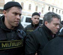 Евгений Корнийчук в сопровождении сотрудников милиции перед началом допроса в Генпрокуратуре