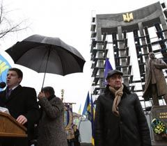 Внеочередная выездная сессия Львовского облсовета возле памятника Степану Бандере. 13 января