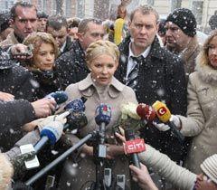 Юлия Тимошенко отвечает на вопросы журналистов возле здания ГПУ. Киев, 25 января