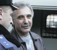Анатолій Гриценко зі співробітником міліції біля будівлі суду. Сімферополь, 27 січня