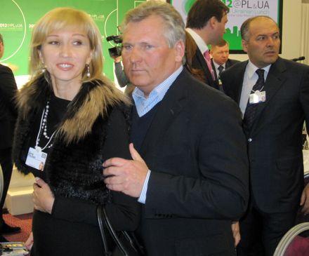 Квасневський тримає за руку Олену Пінчук і уявляє, як роздягаються українські жінки. На задньому плані - Віктор Пінчук