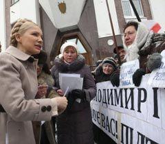 Юлия Тимошенко общается со своими сторонниками возле здания ГПУ. Киев, 21 февраля