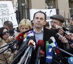 Адвокат Леонида Кучмы Игорь Фомин отвечает на вопросы журналистов возле здания ГПУ. Киев, 30 марта
