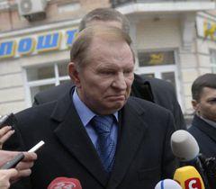 Леонид Кучма отвечает на вопросы журналистов возле здания ГПУ. Киев, 11 апреля