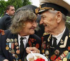 Ветераны ВВВ  едят кашу возле полевой кухни в одном из парков Киева. 5 мая