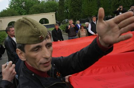 Красные флаги. Руководит - представитель крымского Русского единства Сергей Юхин
