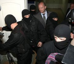Представители силовых структур, обеспечивающих охрану экс-министра МВД Юрия Луценко в больнице