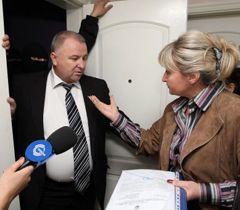 Жена Юрия Луценко Ирина беседует с начальником конвоя в больнице скорой медицинской помощи