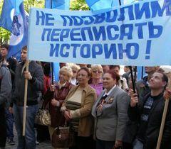 Учасники антифашистського мітингу в Севастополі