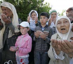 Кримські татари моляться під час мітингу, присвяченого 67-им роковинам депортації. Євпаторія, 18 травня