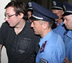 Луценко ведут в зал заседаний Печерского суда. Киев, 23 мая