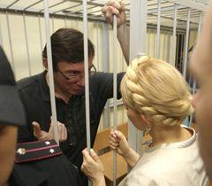 Юрій Луценко і Юлія Тимошенко під час попереднього слухання в Печерському районному суді Києва