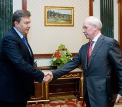 Віктор Янукович і Микола Азаров вітаються під час зустрічі в Києві. 23 травня